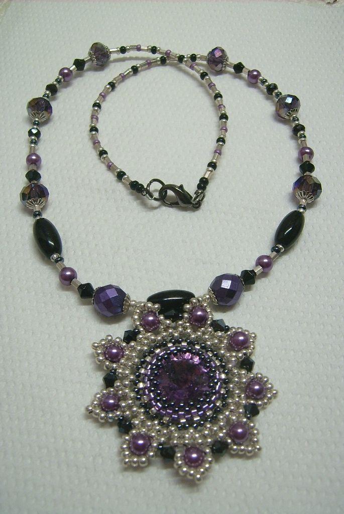 Ny-544. Lila, ezüst, és fekete színű, üveg gyöngyös, csiszolt kristályos medálos nyaklánc. 1800.-Ft.