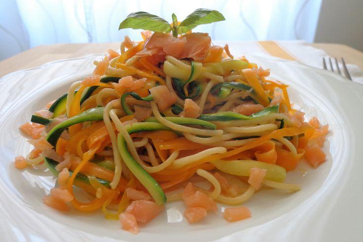 Gli spaghetti con carote, zucchine e salmone affumicato sono un primo piatto colorato, semplice da realizzare e davvero buonissimo. Ecco la ricetta