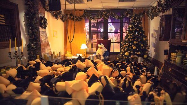 Новогодняя удивительная полосатая акция для Билайн совместно с Most Creative Club. Комната Деда Мороза как огромный игровой автомат с механической рукой на онлайн-управлении, живой очередью и горой подарков с RFID-датчиками.