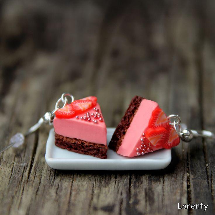 JAHODOVÝ krémový dort Kdopak má rád dortíky? Možnost nosit originální ozdůbku, která rozhodně zaujme :) Velikost pouhé 2 cm, lehoučké a určitě originální...  CENA JE ZA PÁR!