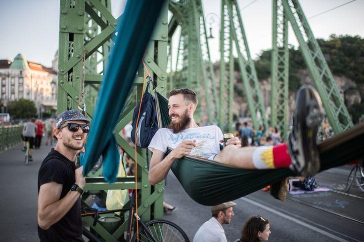 """A függőágyas fotó még nagy karriert futhat be egy """"14 ok, hogy Budapestre utazz"""" típusú Buzzfeed-cikkben."""