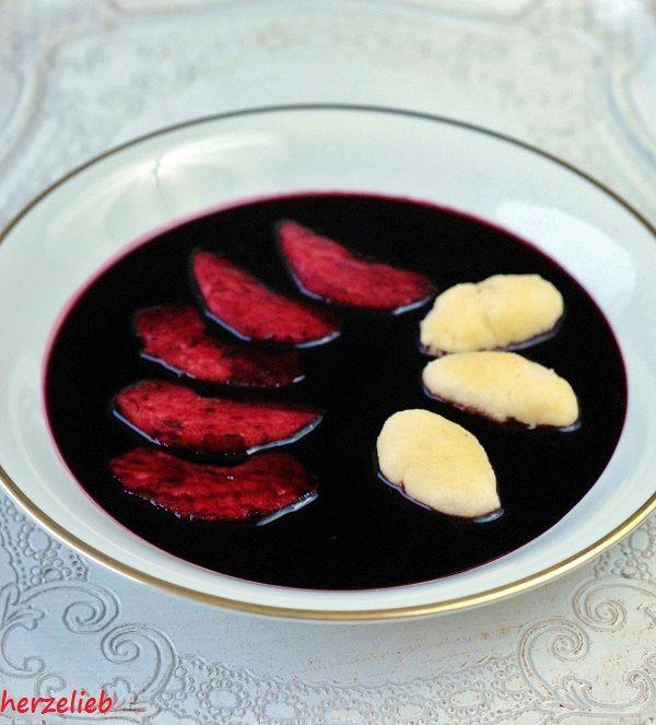 Rezept für Fliederbeersuppe mit Grießklößchen. Ein Teller Liebe von der Nordsee.