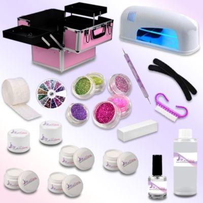 Il kit ricostruzione unghie 24 pezzi che vi arriverà comprende:  - valigetta beauty case (il colore e la fantasia variano a seconda della disponibilità di magazzino) - 1 lampada UV da 9W - 1 Nail Cleaner 100 ml - 2 lime a banana - 1 buffer mattoncino - 1 ruota decori - 6 barattolini glitter - 1 spotswirl - 1 spazzolina - 1 olio cuticole - 100 pads - 1 gel base 15 ml  - 1 gel costruttore 15 ml - 1 gel bianco 5 ml - 1 gel sigillante 5 ml - 1 gel color 5 ml - 1 gel glitter 5 ml - 1 pennello per…