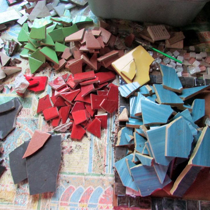 How to Make Mosaic Designs for a Ceramic Table Top