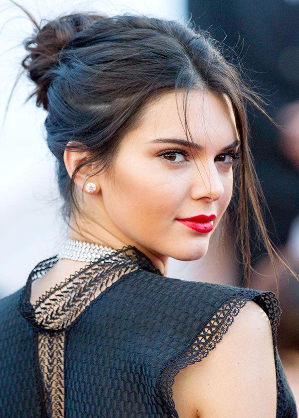 Coque alto bagunçado + batom vermelho na Kendall
