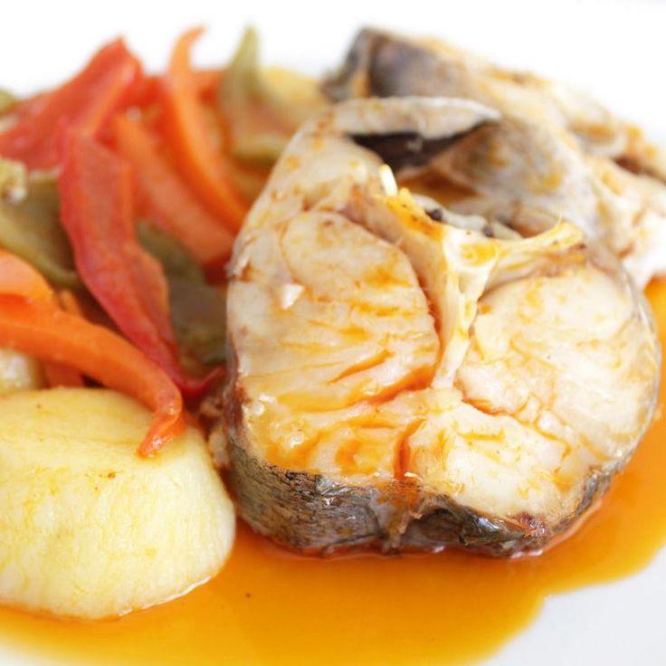 Merluza a la gallega. Torosde Merluza cocidos acompañados de patatas y vegetales con la tradicional ajada gallega casera. Una delicia sana y muy sabrosa.
