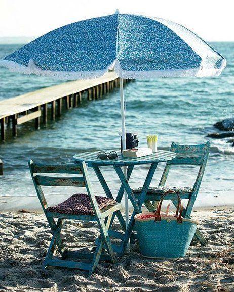 Sillas y mesa de exterior en azul vintage