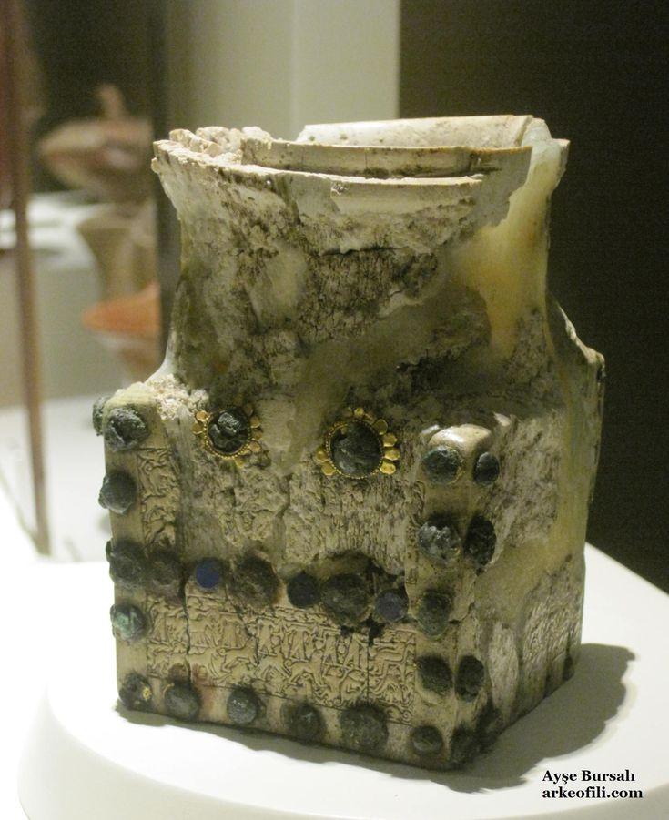 Fildişi Kutu  Ankara'daki Anadolu Medeniyetleri Müzesi'nde sergilenmekte olan tarihi eserler  Fildişi, Acemhöyük, MÖ. 19. yüzyıl  Fildişinden yekpare olarak yapılan kutu, dışa çekik yuvarlak ağızlı, uzun boyunlu, köşeli gövdelidir. Acemhöyük kutusu, Önasya fildişi sanatında tunç, demir çiviler ve lapislazuli kurslarla bezenmesi ve çok kalabalık figürlerin yer aldığı kabartmaları bakımından üniktir.