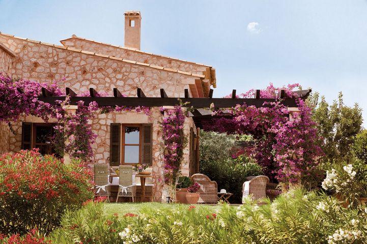 Архитекът Амадор Калафат-Бускетс създава с любов една уютна ваканционна къща, в която отмаря със семейството си всяко лято. Нека й се насладим!