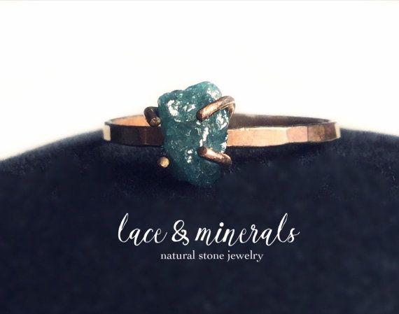 Elegante y sencillo anillo de compromiso (también puede ser un anillo perfecto para regalar o regalarse una misma :) hecho a mano bajo pedido con diamante en bruto azul libre de conflicto.  Este diamante es muy especial, grande y de un bonito color aziulazul, cada uno es elegido por mi, y su forma, color y tamaño son perfectos, usted recibirá exactamente el diamante de la foto en la talla que usted necesite.  Material de alta calidad, Rose Gold Filled 14K, este material es una alternativa…