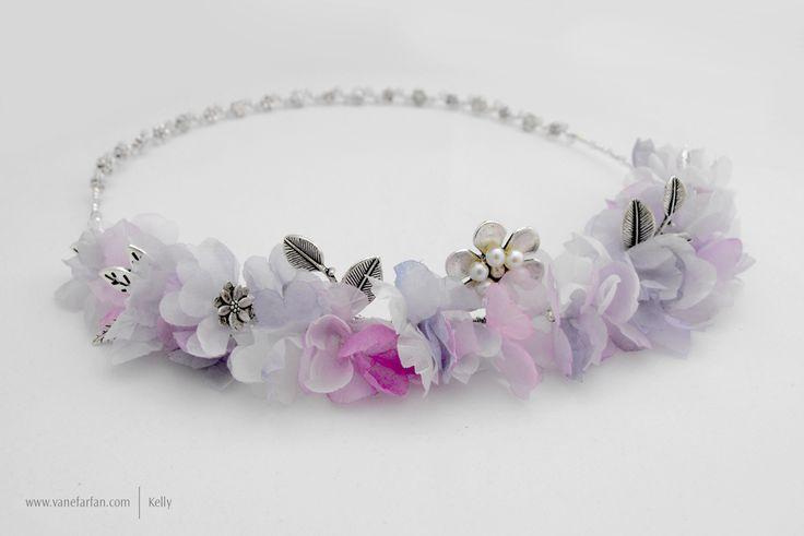 Corona con punto focal de flores y cristales con apliques de flores y hojas.