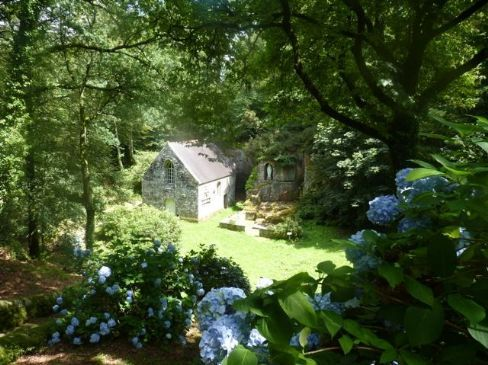 Picturesque Cottage in Rural Tranquil Area. Mane Roch is a 17th century longere, situated on the outskirts of the pretty hamet of Locuon, where you can enjoy a drink in the local bar within walking distance. #Brittany #property #cottage #picturesque #rural #tranquillity #garden #countryside #holiday #enjoy #activities