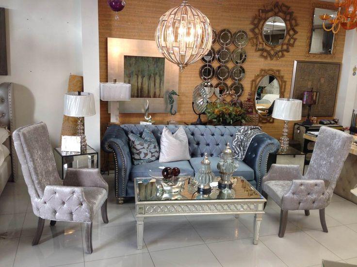 Sala estilo tradicional con sillón color azul y sillas color gris. Lámpara de techo candelabro estilo tradicional/contemporáneo. Mesa de centro con acabado de espejo.  Puedes encontrar todos estos y más productos  en Plaza Lienzo local 6-A. Comunicate con nosotros al (686)567-7032.