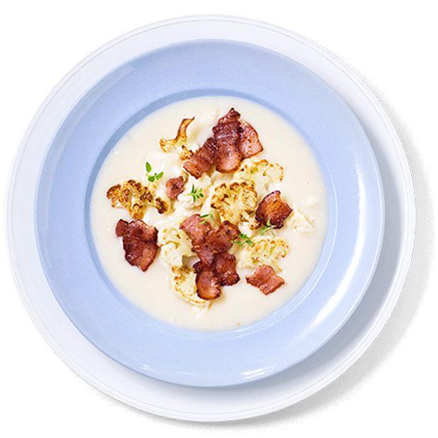 En varm blomkålsuppe er enkel, mettende og lett middagsmat. Bacon og stekt blomkål setter gir suppen mer fylde. Oppskrift på blomkålsuppe.