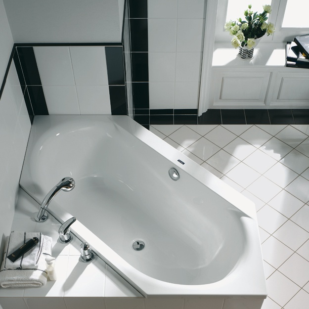 SMART-LINE  Preisgünstiger Mehrwert  500 mm Innentiefe. Eintauchen bis zum Hals. Entspannung und gute Laune verbreiten sich im Bad. Das ist die Badewannenserie Smart-line. Und auch optisch ist sie ein Genuss. Der Wechsel zwischen dem markant breiten, geradlinigen Wannenrand und den weichen, abgerundeten Innenformen baut einen fesselnden Spannungsbogen auf.