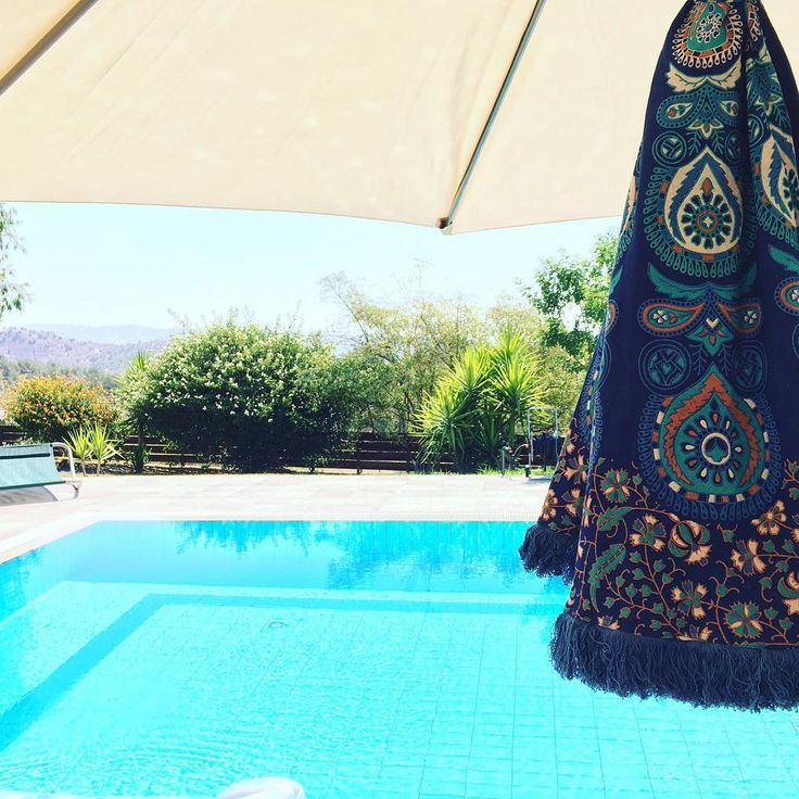 Wish we had a pool to jump into right now 💙😳 #roundie #mandala - just a few left so get in touch 😱 #beachtowels #snazzy