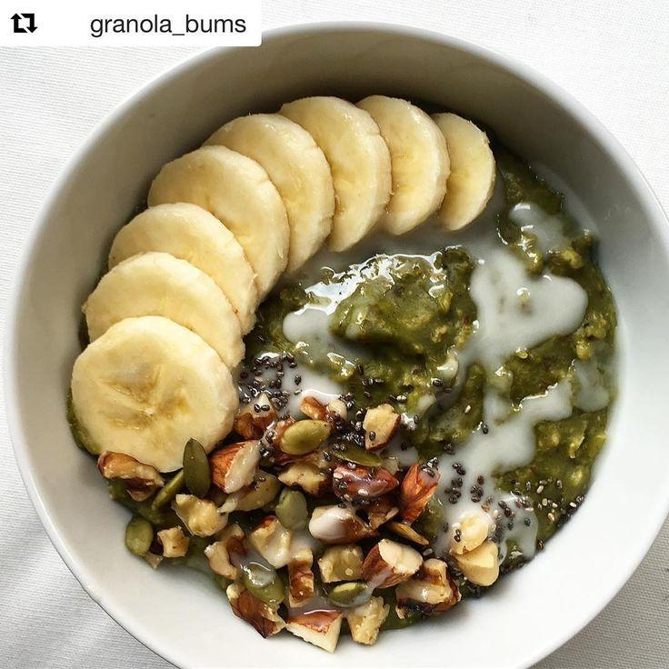 Avena Matcha & Chai desayuno perfecto para hoy Sábado Gracias 😊 @granola_bums por compartirnos tu receta 😘💚  Fácil de hacer 👌🏼💚💚💚  1/2 t avena remojada desde la noche antes, cocinada en agua y leche de soya con 1 cdta polvo #matchacha , mix de chai @tiendadesabha , linaza molida, miel de abejas, polvo de maca! La serví con banano, nueces, semillas y mantequilla maní.