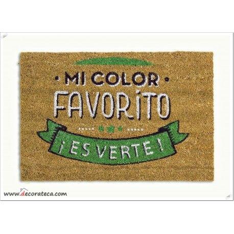 """Felpudo original con frase positiva """"Mi color favorito es verte"""". Hecho en fibra de coco en verde, negro y blanco con fondo marrón. Felpudo barato y divertido."""