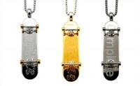 Pingentes da Complete Technique Jewelry, alguns modelos diferentes que fogem do padrão de bijouterias e joias comuns encontradas em joalheiros, estes modelos de skate são feitos com peças em ouro e prata.