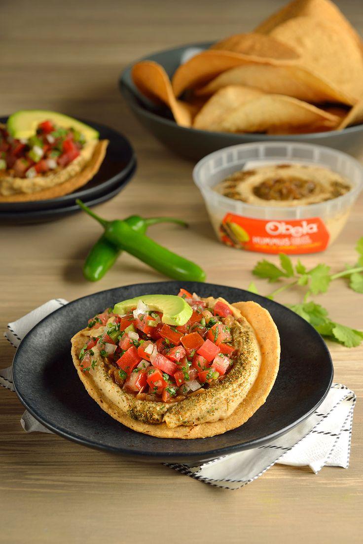 Deliciosas tostadas cubiertas de Hummus con una riquísma salsa de pico de gallo. Ideal para comer como botana o como una fresca entrada de una rica comida. Es un platillo muy fresco y saludable, ideal para los días de verano.
