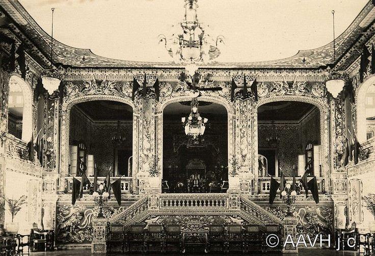 Notice : Notule : Hué – Le Palais An Dinh – Le théâtre D'après la légende inscrite à la main au dos de l'image, ce théâtre se trouvait dans le Palais An Dinh qui était réservé au Prince Héritier et qui a également servi de résidence à la Reine-mère. Il se trouve en dehors de la citadelle, au sud de la ville européenne et en bordure du canal de Phu Cam. Derrière ce palais se trouvait le Théâtre Impérial, le « Cuu Tu Dai ». La photo représente l'intérieur de ce théâtre. En bas d'un escalier…