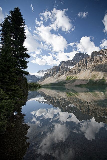 Crowfoot Mountain reflected in Bow Lake, Icefields Parkway, Canada (by Hank888).