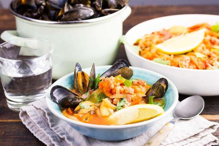 Recept voor chowder voor 4 personen. Met zout, water, olijfolie, peper, mossel, hutspot groente, aardappel, bacon, tomatenblokjes in blik en visbouillon