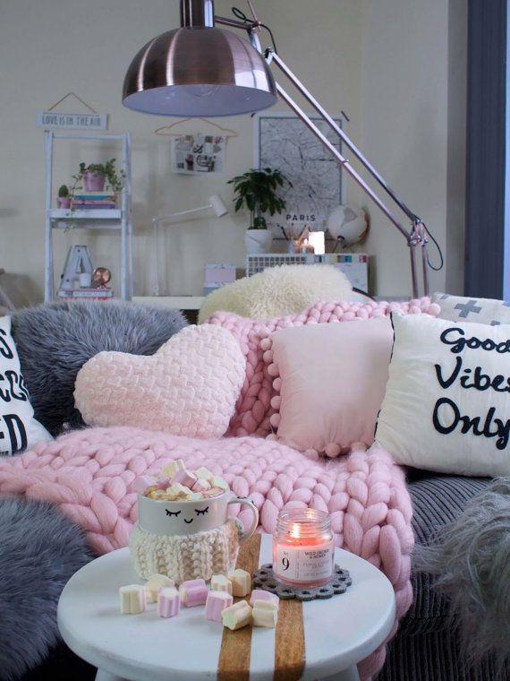 Dieses schöne Chunky knit rosa Decke eignet sich für Wohnzimmer oder Schlafzimmer. Hurra! Wir haben jetzt 1 Bett Läufer zur Verfügung! Keine Notwendigkeit zu warten!  Es ist Arm gestrickt und es ist sehr gemütlich, weich und warm. Macht ein perfektes Geschenk für jemand besonderen. Es könnte verwendet werden, als ein Bett-Läufer oder beim erholend, Fernsehen oder ein gutes Buch lesen oder einfach als eine Einrichtung, die von Ihren Gästen bemerkt wird.  Also wenn Sie sind auf der Suche nach…
