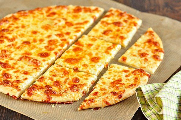 Cheese pizza with garlic