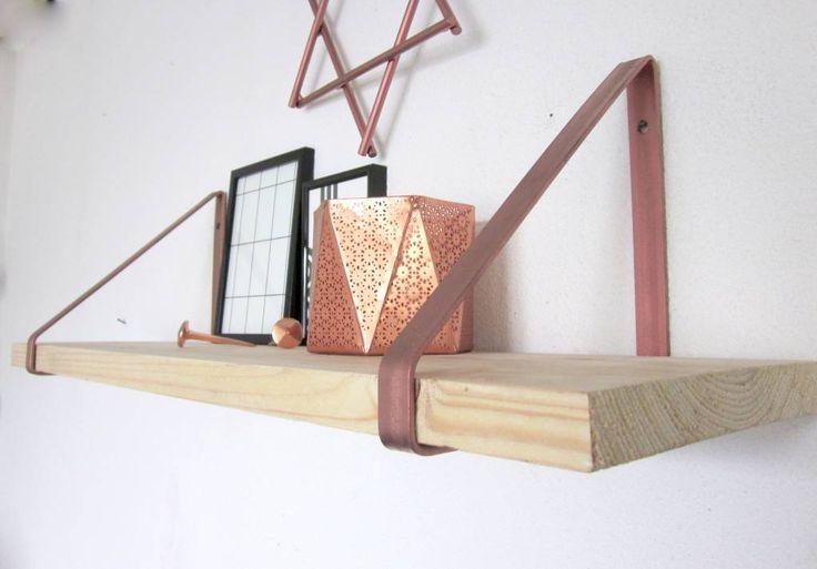 Wandplanken zijn net als koper ontzettend populair in woonland. Deze eenvoudige, stoere, koperen plankdragers maken van een eenvoudige plank