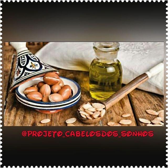 Óleo de argan moroccanoil (óleo de Marrocos). Seu nome é derivado da árvore Argânia (Argania Spinosa), planta medicinal que produz um óleo natural rico em vitaminas e ácidos graxos essenciais. O óleo é obtido do caroço dos frutos da Argânia. Ao remover a polpa macia, os caroços são secos ao sol posteriormente quebrados até formar uma pasta. É dessa mistura que é extraído o óleo. ➡Benefícios no cabelo... Continuação: https://www.instagram.com/p/BKry2LWg-I4/