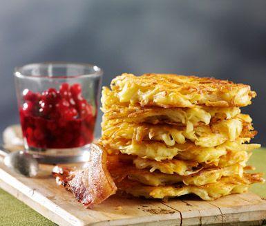 Ett enkelt recept på gyllenbruna rårakor. Du gör plättarna av potatis, ägg, mjöl och salt. Servera de tjusiga rårakorna med stekt fläsk och lingonsylt!