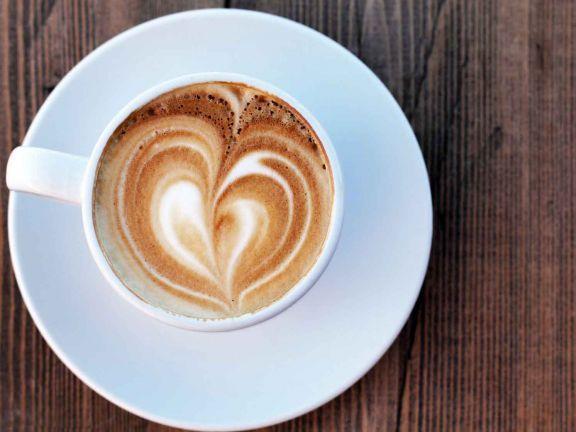 So gelingt der perfekte Latte Macchiato auch ohne Profi-Maschine! EAT SMARTER gibt Tipps zur richtigen Milch und Equipment
