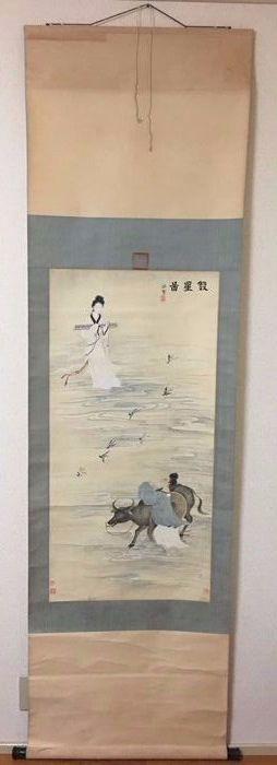 双星图 Hand - geschilderde scroll schilderij - China - 2de helft van de 20e eeuw  Hand - scroll schilderen op zijde geschilderd door yongxu.Bevat van de handtekening en het stempel van de kunstenaar.Dit schilderij beeldt de oude Chinese sprookje fee en de Cowboy meet het verhaal op de brug van de ekster.Is een prachtig liefdesverhaal.De algehele situatie van het schilderen is goedNaast enkele sporen van de tijdGelieve te verwijzen naar de afbeelding.Schilderij van metingen: 104 cmx51.5…