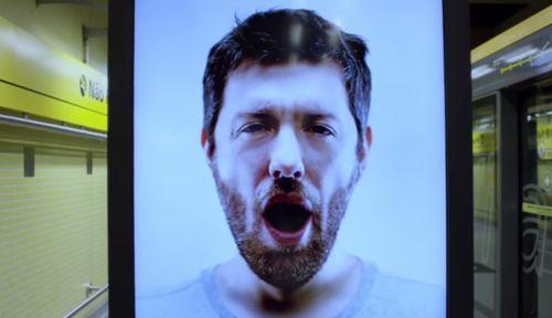あるあるの典型的なパターン。あくびがうつるのは、相手に対する共感や関心がベースにあるかららしい「あくびがうつる作用」を利用したインタラクティブな広告。