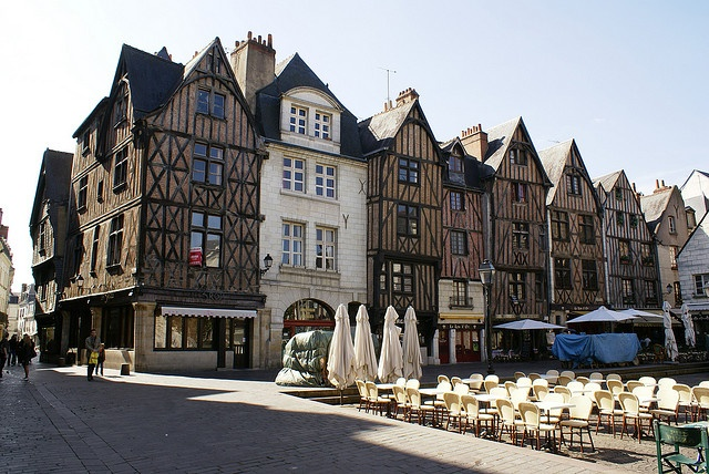 Place Plumereau    Tours - 37 Indre et Loire  France     cheap travel now and forever  www.muchways.com