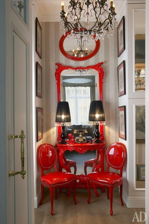 Большое зеркало для прихожей Петр нашел в антикварном магазине в Питере, сам отреставрировал и покрасил в цвет стульев Minnie, Fratelli Boffi. Черные настольные лампы, Baxter. Люстра куплена в Праге на антикварном рынке.