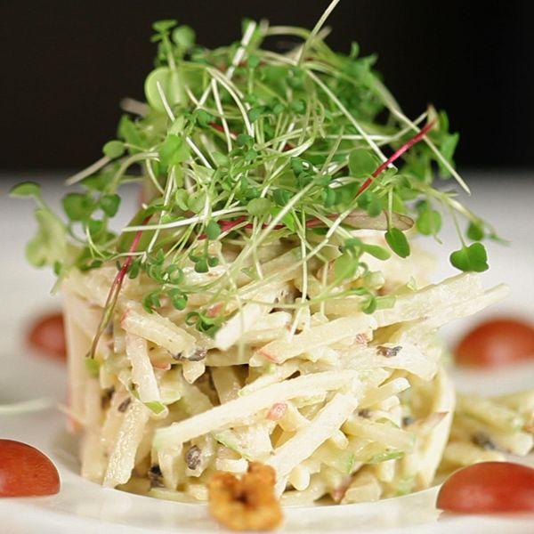 Confira a receita clássica e original da Salada Waldorf do Hotel Waldorf-Astoria que leva maça, salsão, nozes cristalizadas e um molho especial.
