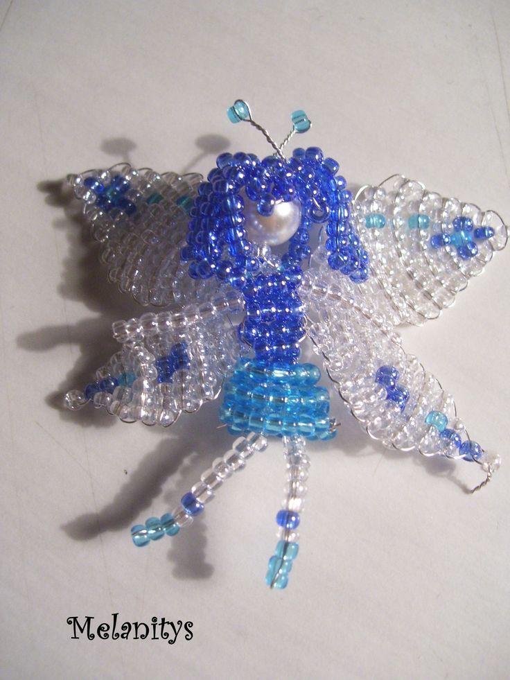 Une jolie fée bleue aux ailes transparentes, d'après le livre Miniatures en perles de rocaille aux éditions LTA.