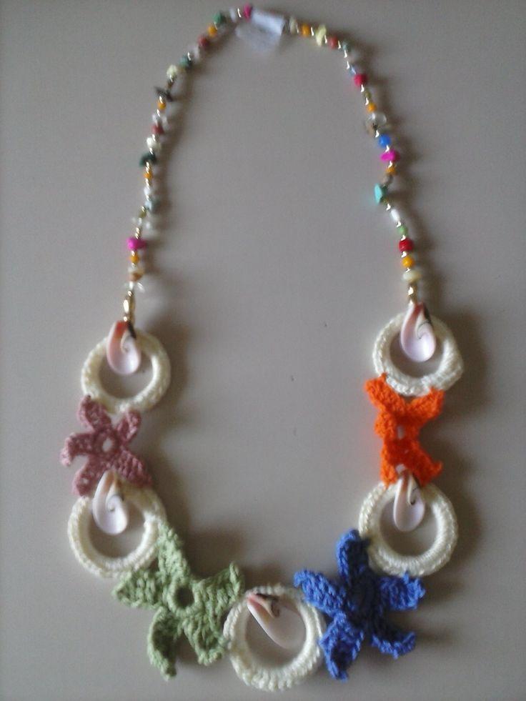 collana di cotone cerchietti con stelle marine e catena con perline dorate e pietre dure fatta a uncinetto 10 euro