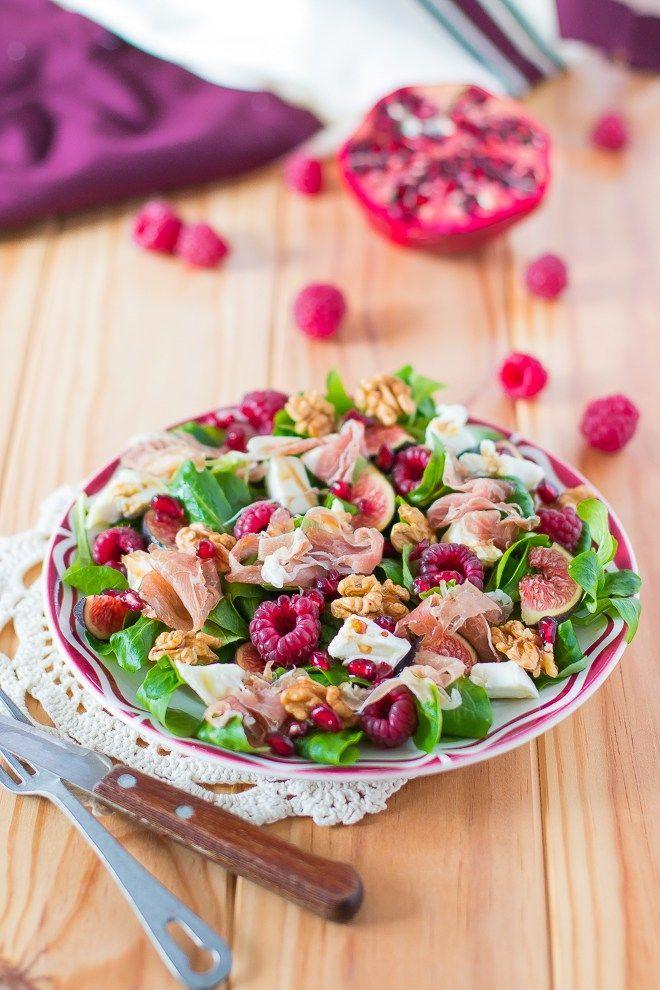Salade de mâche, noix, framboises, crottin de chèvre, grenade et figues aux lamelles de jambon de Parme ♥️ #epinglercpartager