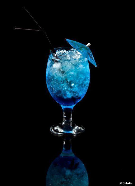 Le cocktail Aquarium : 4 cl de curaçao bleu, 4 cl de rhum, 4 cl de tequila, 4 cl de martini, 4 cl de sirop de sucre de canne, 1 trait d'angostura bitters