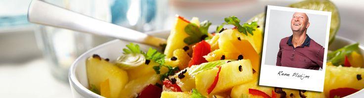 Sjiek uit eten? Dat kan gewoon in huis! Chefkok René Pluijm heeft overheerlijke gerechten bedacht, zoals deze beenham met ananassalsa.