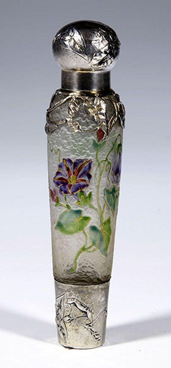 Francia, ca. 1900 vidrio grabado al agua fuerte; zarcillos flor pintado con esmalte traparental. Contorno y el dibujo interior en color oro pulido.