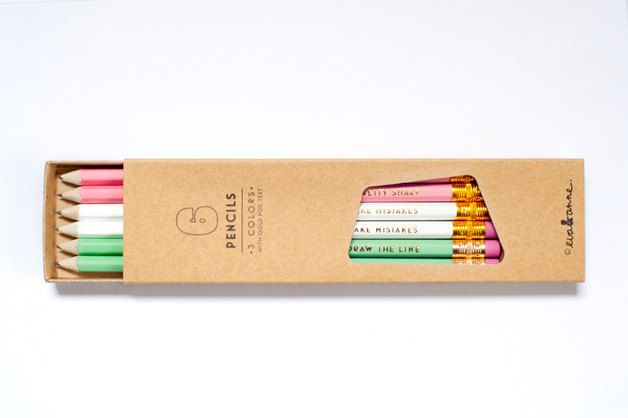 Wir stellen unsere Liebling sechseckigen Bleistift -Set. Es gibt sechs hübschen Pastellstifte in unserem Set , die heiß in Goldfolie gestanzt wurden .  Print liest hübsch aussehen SHARP , die...