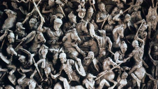 Der Kampf gegen einfallende Germanen, wie auf einem Fries auf einem römischen Sarg dargestellt, war für die Römer letztendlich erfolglos.