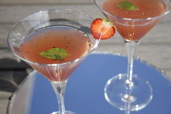 Aardbeien en peper is een populaire combinatie. Voeg hier gin, limoensap en basilicum aan toe en je hebt een mooie Strawberry Gin Basil Martini!