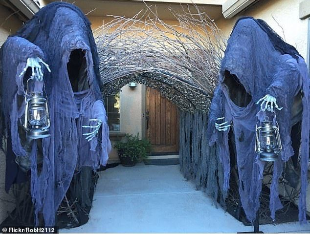 The Incredible Ways People Have Decorated Their Homes For Halloween Halloween House Scary Halloween Decorations Halloween Props Diy