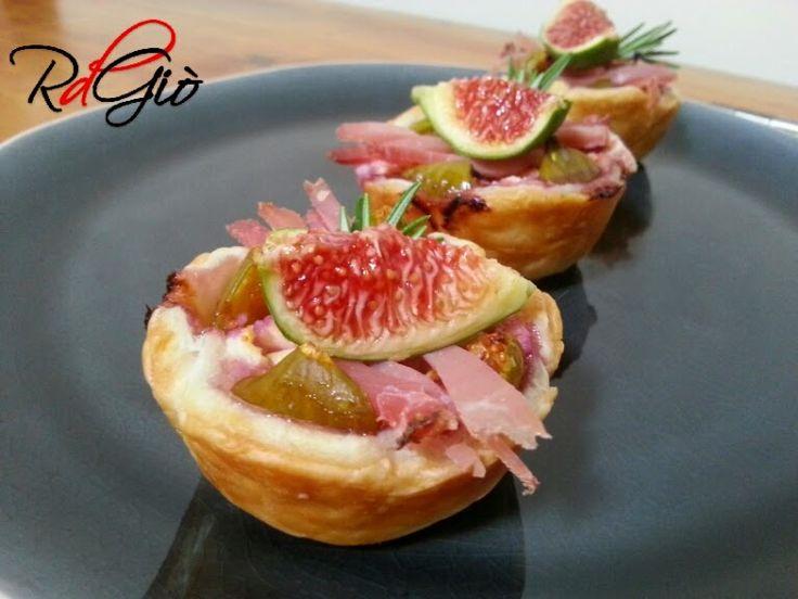 Tortine salate con Fichi, Formaggio e Speck http://www.ricetdiariodigio.blogspot.it/2014/09/tortine-salate-con-fichi-formaggio-e.html