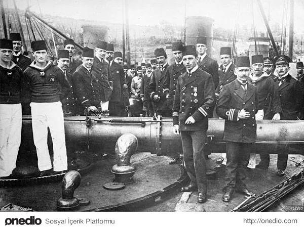 Hiç Görmediğiniz 18 Fotoğraf ile Çanakkale Savaşı. İngiliz ve Fransız gemilerini yararak boğazı mayınlarla döşeyen Türk gemisi ve mürettebatı
